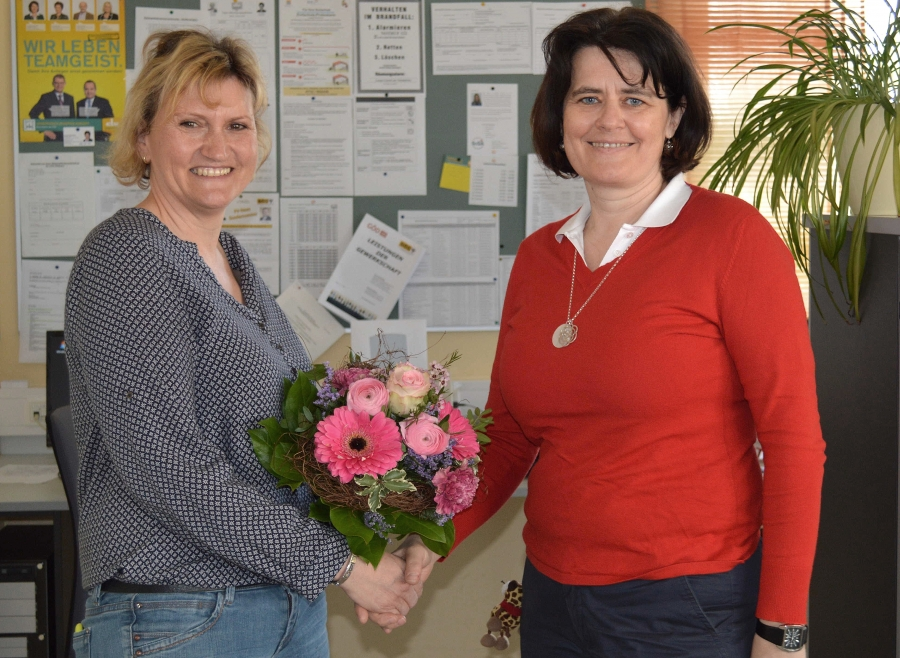 Frau Direktor Obermayr gratuliert Waltraud Seifert